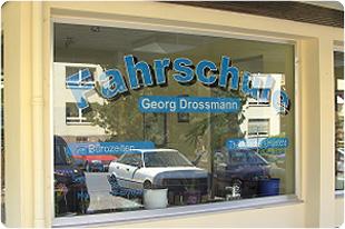 Schaufenster können preiswert mit Fensterfolie aufgewertet werden. Schaufensterbeschriftung und Schaufensterwerbung drucken lassen online Shop.