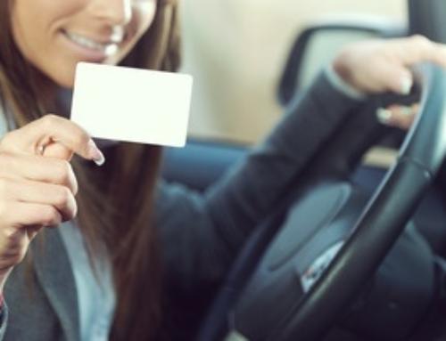 Ist das Hinterlassen von Visitenkarten an der Autoscheibe oder hinter dem Scheibenwischer legal?